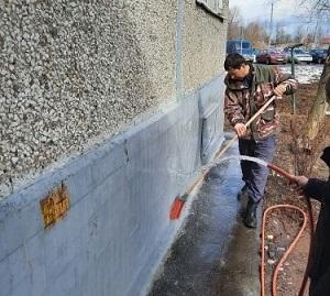 Специалисты проводят промывку фасадов и цоколей МКД