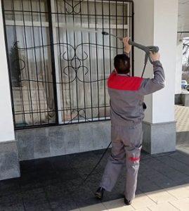 В рамках месячника благоустройства проведена промывка фасада ДК «Дружба»