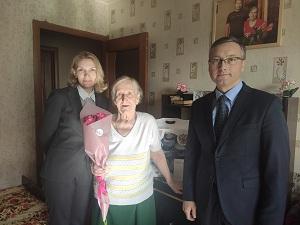 Евгений Иванов поздравил жительницу поселения с юбилеем