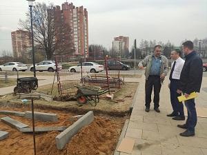 Евгений Иванов проинспектировал ход работ по установке памятника в посёлке ЛМС