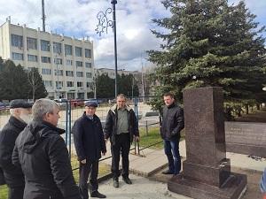 Специалисты продолжают работы по установке памятника в посёлке ЛМС
