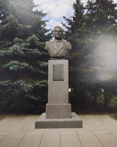 Специалисты завершили работы по установке памятника в поселке ЛМС