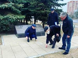 Евгений Иванов принял участие в работах по разбивке места для установки памятника в посёлке ЛМС