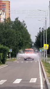 В Вороновском выполняются работы по поливу внутриквартальных дорог