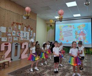 Директор школы 2073 поздравила своих коллег
