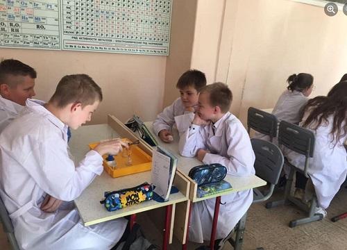 Ученики медицинского класса приняли участие в лабораторной работе по химии